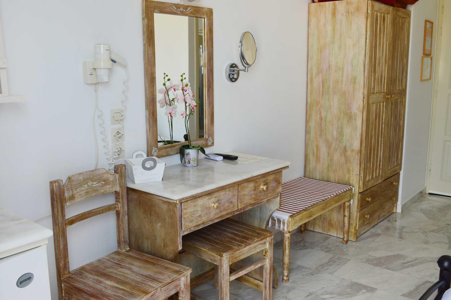 Pension-sofia-vanity-desk