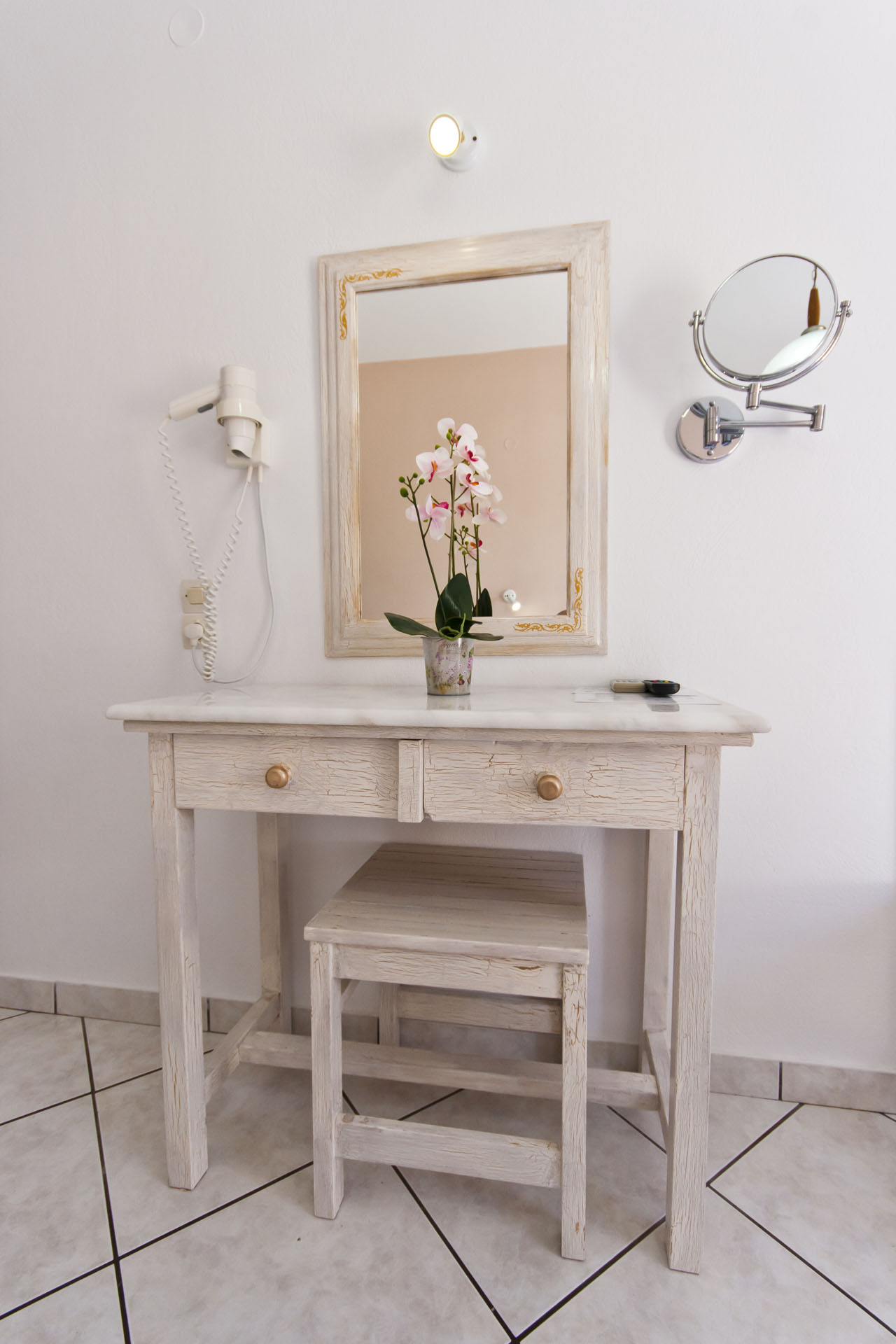Triple-room-vanity-desk